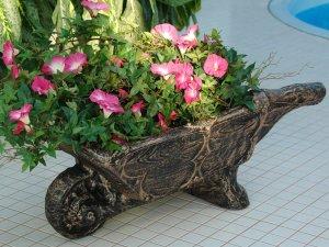 Декоративна саксия тип градинска количка