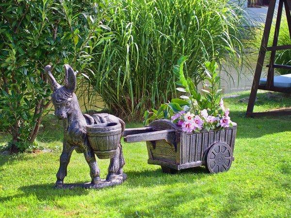 Декоративни саксии и фигури - Градински декорации