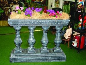 Декоративна римска ограда с колони и саксия